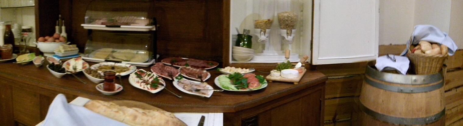 reichhaltigem Mediterraner Frühstücksbuffet im Hotel Toscana in Naumburg